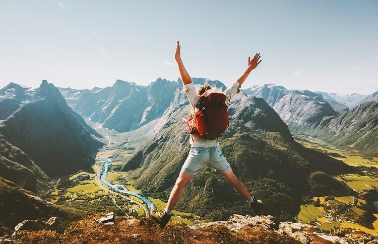 Zdjęcie w ruchu - kobieta skacze w górach
