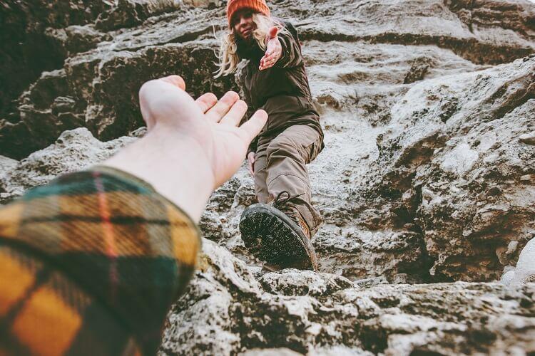 Zdjęcie follow me - kobieta pomaga wejść na górę