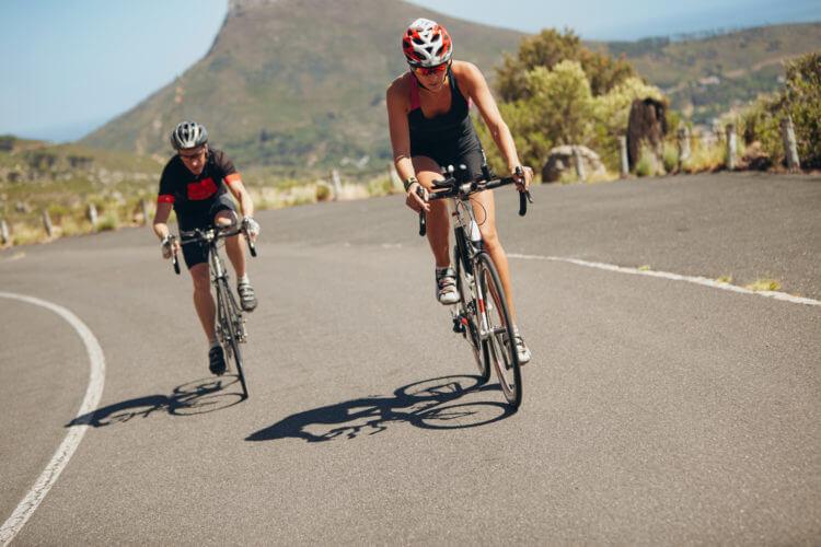 triatlon zawodnicy na rowerze kolarstwo wyścig