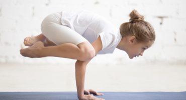Dziewczynka ćwicząca jogę