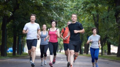 Grupa biegających ludzi