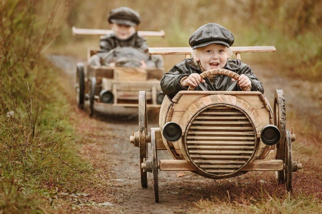 Chłopcy jeżdżący starymi samochodami