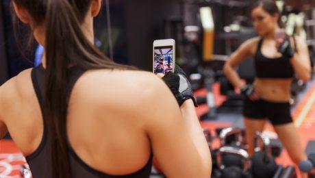 Dziewczyna robi zdjęcie na siłowni