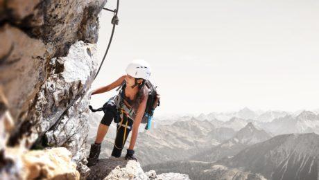 Kobieta podczas wspinaczki górskiej