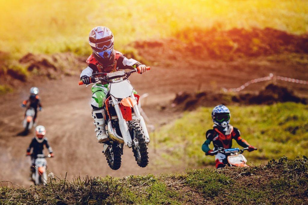Jazda motocrossem na wyścigach motocyklowych