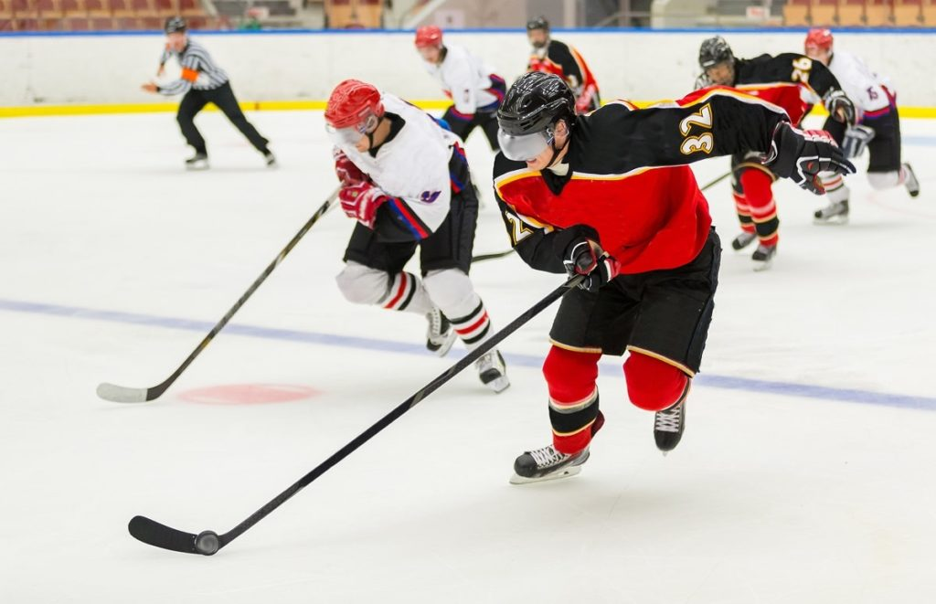 mężczyźni grają w hockey